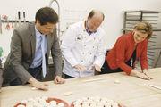 Handarbeit: Ulrich Jortzik (M.) zeigt Peter Liese und Julia Klöckner, wie Einstangzöpfe geformt werden.