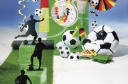 Deko zur WM: Rollrasen als Basis, dazu gibt es Fußbälle, Luftballons, Fahnen.