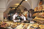 Während des Kassierens läuft auf dem Kundendisplay eine werbende Präsentation ab. Preisschilder enthalten Zutaten und Allergene, bei Snacks können Kunden im Drei-Schritt-System auswählen.