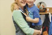 Corinna Wiedemann mit Sohn Jamie: Ihre Ausbildung als Verkäuferin macht sie in Teilzeit.