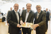 Trotz Kritik an der neuen Gebührenordnung gibt sich Verbraucherminister Christian Meyer (Mitte) bei der Bäko Weser-Ems betont locker mit Geschäftsführer Ewald Oltmann (l.) und Aufsichtsratsvorsitzendem Bernhard Hoppmann.