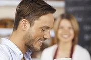 Auch im SB-Bereich den Gast nicht alleine lassen: Als Ansprechpartnerin muss die Verkäuferin immer erreichbar sein.