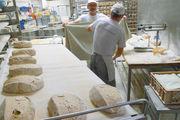 Die Laibe reifen in Leinentüchern, bevor sie manuell geschnitten werden. Das Sortiment in den Filialen wird am Jahresanfang geplant.