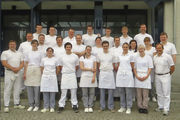 Die 22 erfolgreichen Jungmeister/innen mit ihren Lehrern und Prüfern.