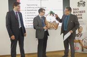 Christian Albert ehrt Rainer Bauer (von links) für sein Engagement.