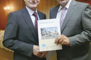 Mit gutem Geschäftsbericht: AR-Vorsitzender Johannes Schultheiß und Walter Knittel (r.).