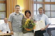 40 Jahre in einem Betrieb: Matthias Klausmann (li.) und Horst Gerber ehren Erna Reichenbach im Namen des Ministerpräsidenten.