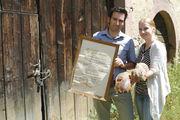 Michaela und Björn Reiß präsentieren den Meisterbrief von Otto Reiß und das Brot nach dem Rezept von Opa Otto.