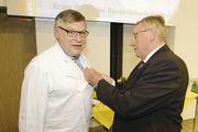 Willy Hesse (rechts) zeichnet Michael Stötzel mit der Silbernen Ehrennadel der Kammer aus.