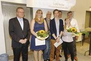 Die Prüfungsbesten mit Lehrer und Ausbilder (v. li.): Yvonne Neubauer (Schneider, Netphen), Lutz Irmler (Sangermann, Olpe), Sandra Vogel (Zinke, Olpe).