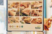 Brot, Brot, Brot: Ohne überflüssige Dekoration werden die Backwaren ins rechte Licht gerückt, sagt Verkaufsleiterin Rita Sköries-Schmiedel (oben rechts).
