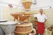 Robert Effenberger mahlt sein Mehl täglich frisch in der hauseigenen Steinmühle. Seine Frau Birgit ist eine wichtige Stütze. In Bremen betreiben die beiden neben dem Stammgeschäft zehn Filialen.