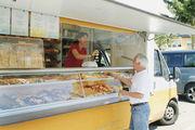 Jennes Bäckermobil mit Verkäuferin Jaqueline Hoppe im Einsatz durch die Dörfer am Kaiserstuhl (links).
