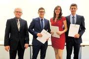Karlheinz Wiesheu (links) gratuliert den drei besten Bäckermeistern und Betriebswirten.