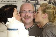 Küsschen für Arno Simon. Ehefrau Sabine (links) und Tochter Marie Thérèse Simon unterstützen den Bäckermeister in seinem Betrieb.