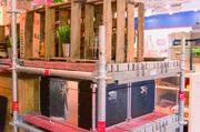 Kreative Anregung zur Raumgestaltung: Gerüstregale sorgen für ein industrielles Flair.