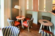 """Eine wohnliche Retro-Optik erfährt der Lounge-Bereich durch die Sessel """"Fritz""""."""