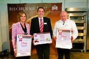 Annemarie (links) und Heinrich Traubinger (Mitte) sowie Gerold Heinzelmann sind die glücklichen Gewinner des BakerMaker-Awards.