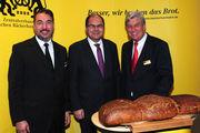 Tauschen sich aus (von links): Amin Werner, Christian Schmidt und Peter Becker.