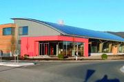 Solarzellen auf dem Dach liefern Strom; eine Galerie im Inneren gewährt Einblicke in die Produktion. Hausherr Josef Baader ist zufrieden.