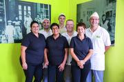 Mit Stolz blicken die Tinnes auf das 110-jährige Bestehen der Bäckerei zurück (von links): Carmen, Hannes, Maria, Simon, Hans-Horst, Marion und Peter Tinnes. Alle sieben Familienmitglieder helfen im Betrieb mit.
