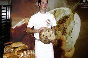 Jörg Schmid vor einer Brotauswahl, die er in der Bäckerei Michael Winter zu backen gelernt hat.