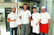 Die backenden Musterschüler aus der kickenden Zunft bekommen ihr Weihnachtsbackdiplom (von links). Moritz Leitner, Joachim Burkart, Alexandru Maxim und Günther Mühlhäuser.