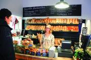 Bäckermeister Thomas Rateitschak (oben) zeigt die Sesam-Burger-Brötchen. Das erweiterte Backwarensortiment gibt es im Laden.