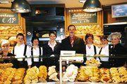 Bäckermeister Heinz Kugel mit seiner Gattin Ute und dem engagierten Verkaufsteam.