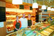 Renita (links) und Rico Uhlig halten den Laden zusammen mit Mitarbeiterin Franziska Walther am Laufen.