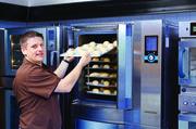 Jürgen Rieber präsentiert die Möglichkeiten des Ladenbackofens – so kennt ihn das Messepublikum. Dass er dabei auch von seinem Hobby profitiert, wissen die wenigsten.