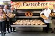 Reinhard und Thomas Hesse (rechts), mit Vertretern der Institutionen, die mit dem Spendenerlös aus Brot zum Teilen bedacht werden.