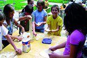 Die Schüler sollen im wahrsten Sinne des Wortes begreifen, welche Mühe es macht, hochwertige Gebäcke herzustellen.