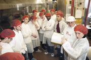 Ein Ofen für 1800 Brote pro Stunde: Armin Kern und Dolmetscherin Annie Gabsteiger (rechts) mit den 15 französischen Auszubildenden.
