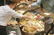 Optimal präsentieren, arrangieren und servieren - ein ausgeklügeltes Theken- und Snackkonzept macht's möglich. Dabei sollte das Brotangebot aber nicht untergehen.