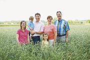 Hinter der Schapfenmühle steht die ganze Familie: Ulrike und Ralph Seibold (von links) mit den Kindern Carl und Anna sowie Britta Hellmann (Zweite von rechts) und Heinz Künkele.