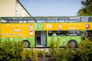 Mit dem auffällig gestalteten Backbus-Doppeldecker besuchen Bäckmann und ein Bäckermeister Kitas und Schulen.