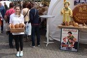 Sophie Heep lockte mit Brot aus echtem Natursauerteig an den Stand von Innungsobermeister Jens Herzog.