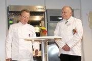 Berührende Rede bei der Preisverleihung 2014: Tobias Metzler (links) hält die Laudatio auf Gerold Heinzelmann.