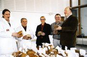 Über 300 Brote wurden geprüft (von links): Prüfer Andreas Rott und Bäckermeister Josef Knaus mit Ines Fässler (Prüfdienst des Württembergischen Genossenschaftsverbands), Bernd Sixl und Bäko-Geschäftsführer Jost Bremer freuen sich über