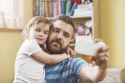 Zeit zu zweit: Vater und Tochter machen ein Selfie.