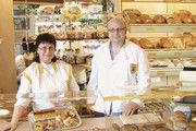 Ralf und Gabriele Zimmermann strengen sich an, ihre Backwaren an die Kunden zu bringen.
