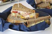 Unterwegs schnell in Top-Qualität essen: Mit lecker belegten Broten haben Bäcker ein gutes Angebot.