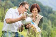 Symbolisch die frische Milch ins Brötchen gießen - bei der Großbäckerei Ölz wird dieses Prinzip nun umgesetzt.