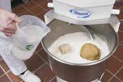 Die Hefezugabe wird für Bäcker künftig teurer.