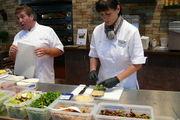Die Snack-Berater Rainer Veith (links) und Ursula Ahland präsentieren am Bäko-Stand die Herstellung von veganen Snacks.