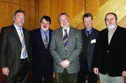 Hans-Ludwig Janssen (rechts) und Anfried Arends (links) verdeutlichten am Beispiel des Ostfriesenbageutte, eine erfolgreiche Marketingkampagne. Bildmitte (von links) Karsten Haase, Landesbeauftragter für Marketing. Landesinnungsmeister Klaus Borchers
