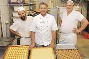 Heiko Pickert (Mitte) weiß, der Job des Bäckers ist körperlich anstrengend.