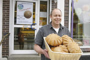 """Bäckermeister Jens Muchow freut sich darüber, dass seine Aktion """"Flüchtlingsbrote"""" so gut angelaufen ist."""