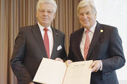 Wilfried Hollmann (links) zeichnet Peter Becker mit der Raiffeisen/Schulze-Delitsch-Medaille in Gold aus.